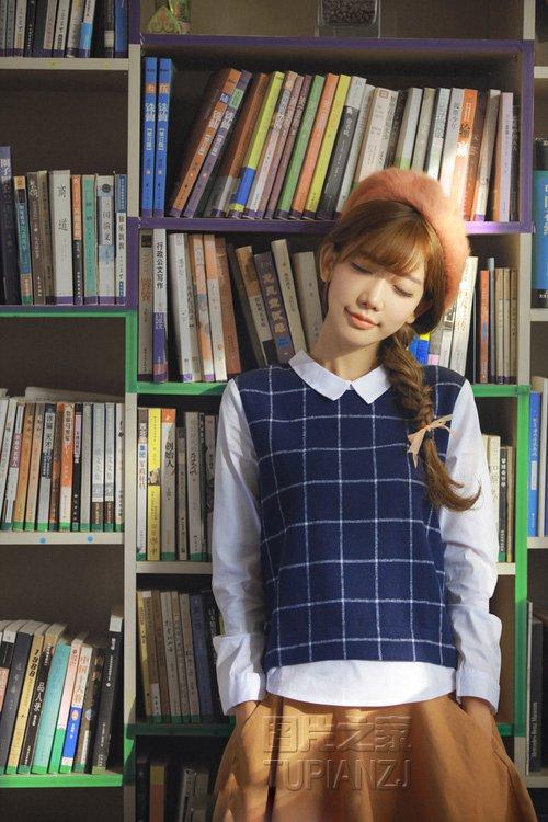 90后少女图书馆写真图片