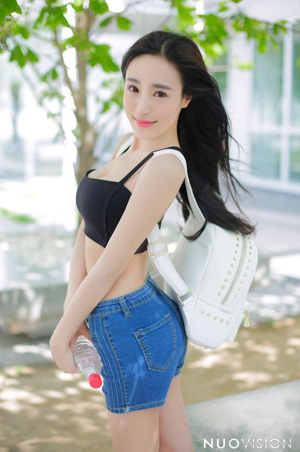 性感胸脯美女居家超短裙写真